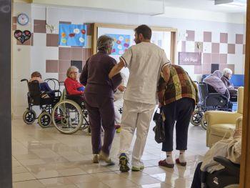 Alzheimer, scarsa la considerazione delle autorità sanitarie per familiari e malati