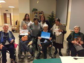Gli ospiti della Residenza per Anziani di Zagarolo con le pigotte